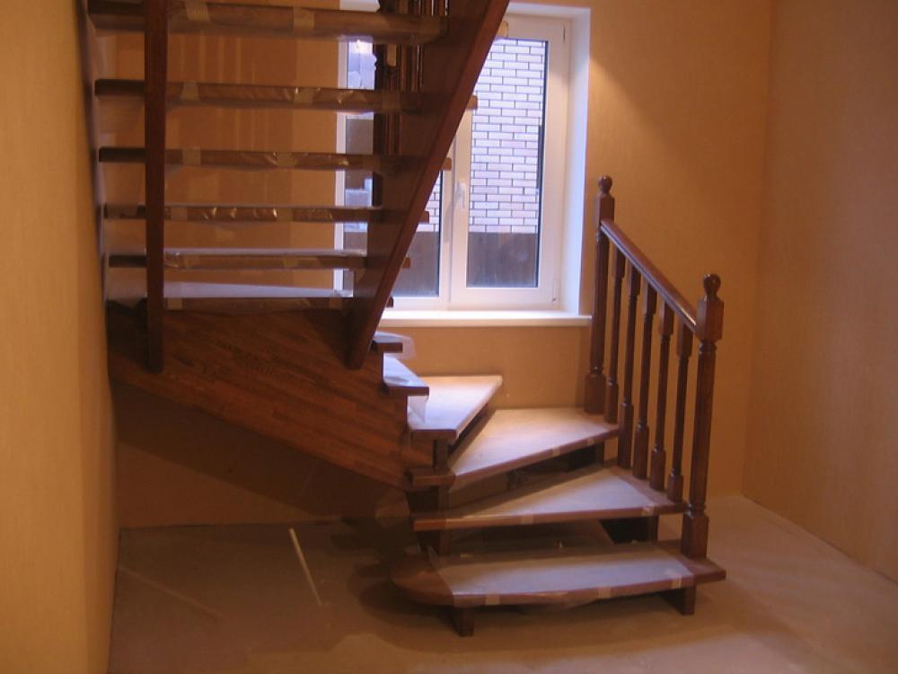 Лестница у окна на второй этаж своими руками 10